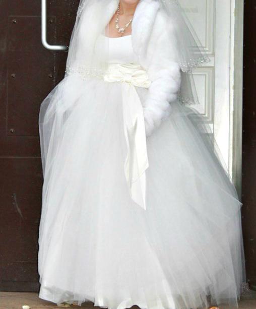 Продам свадебное платье вместе с шубкой.Красивое,классическое платье с корсетом